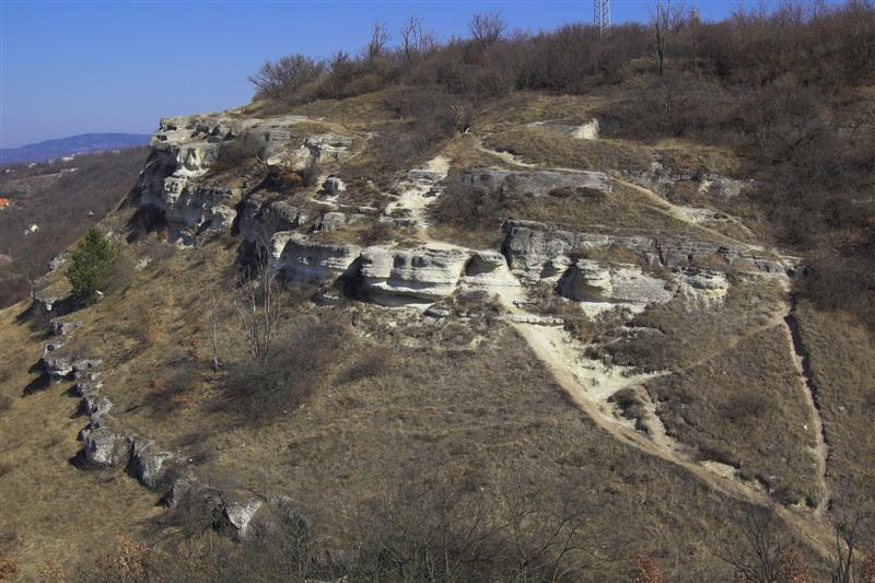 a Madárszirt feljárata, közvetlenül a Nyakas-kővel szemben